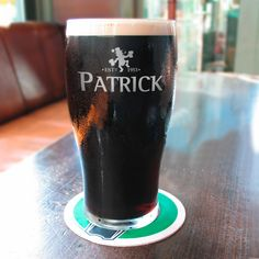 Genießen Sie Ihr  köstliches Bier  ab sofort aus einem  echten irischen Bierglas . Das  Bierglas  wird mit Ihren  persönlichen Wunschangaben  graviert. Dazu geben Sie das  Geburtsjahr  und den  Namen des Jubilars , in die Textfelder auf...