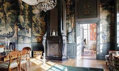 Myrö Den forna paradsängkammaren har en lönndörr och väggar täckta av 1600-talsverdurer.