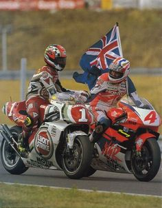 Mick Doohan in Brno He won the first title in the 500 cc world championchip.Kevin Schwantz congratulated him, he won the title in 1993 Motorcycle Racers, Racing Motorcycles, Vintage Motorcycles, Motorcycle Posters, Kevin Schwantz, Grand Prix, Gp Moto, New Ducati, Yamaha