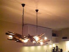 Grote foto Landelijke hanglampen van takken. Huis en Inrichting Woningdecoratie Furniture Dolly, Home Decor Furniture, Cheap Furniture, Driftwood Lamp, Diy Garden Decor, Bedroom Lighting, Cool Rooms, Light Bulb, Chandelier