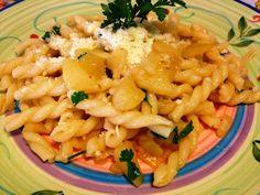 """Da:blog Pasticci & Pasticcini di Mimma      La pasta con le patate è un classico della cucina contadina.   Un primo""""povero""""ma di grande gusto e veloce nell'esecuzione.   Una vera bontà accompagnata da una manciata di formaggio grattugiato (io caciocavallo ragusano) …"""