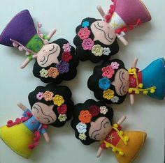 Boneca Felt Diy, Felt Crafts, Diy And Crafts, Felt Fabric, Fabric Dolls, Felt Advent Calendar, Mexican Crafts, Felt Patterns, Soft Dolls