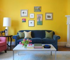 adorei essa parede amarela, o sofá azul e as outras peças coloridas