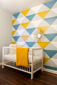 Decorando con papel pintado con triangulos de colores | Decorar tu casa es facilisimo.com