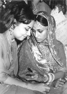Jaya Bhaduri accompanied by her friend and actress Farida Jalal on the occasion of Jaya's wedding to Amitabh Bachchan. Bollywood Stars, Bollywood Cinema, Indian Bollywood Actress, Indian Actresses, Actors & Actresses, Old Film Stars, Movie Stars, Indian Celebrities, Bollywood Celebrities