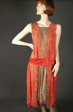 Coral Silk Beaded Flapper Dress & Velvet Cape - Great Size from giddy on Ruby Lane Great Gatsby Fashion, 20s Fashion, Art Deco Fashion, Fashion History, Vintage Fashion, Edwardian Fashion, Gothic Fashion, Vintage Outfits, 1920s Outfits