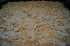 Hier seht ihr einen #Blechkuchen mit dem Namen #Pfirsich #Schnitte es ist ein leckerer Blechkuchen für den #Sommer und wird aus frischen #Pfirsichen zubereitet. #summer #crumble #obst #kuchen #cake #baking #backen #peach #foodie #foodporn #yummy #healthyfoodporn