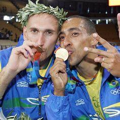 #tbt deste momento mágico com meu amigo e ídolo @serginhoescadinha ! Na torcida para que ele e toda a seleção masculina sintam esta emoção na nossa Olimpíada! 🇧🇷🏅🇧🇷🏅🇧🇷🏅🇧🇷🏅🇧🇷🏅 Vai, Brasil! Eu acredito!! #tbt #atenas2004 #ouroolímpico