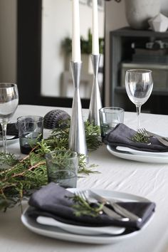 A beautifully decorated table for your Winter dinners Christmas Dining Table, Christmas Table Settings, Christmas Table Decorations, Decoration Table, Home Blogs, Grey Wedding Decor, Table Setting Inspiration, Christmas Deco, Dinner Table