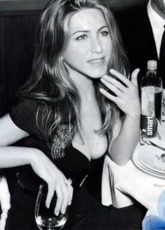 Jennifer Aniston Looks Fit for Smart Water - Jennifer Aniston is Smart Water's image and spokes-girl and they just released a new ad that features this hottie in a minimal ensemble that reveals h. Jennifer Aniston Hot, Jennifer Aniston Pictures, John Aniston, Justin Theroux, Actor John, Portraits, Nude Beach, Rachel Green, Smart Water