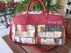 Mala de viagem com dois bolsos externos e bolso duplo interno com ziper e bolso tela com ziper, 2 alças de couro sintetico.