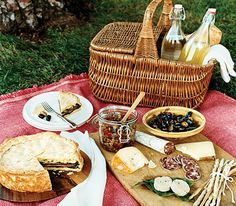 Diner en Blanc, Jennifer Rudick's documentary film chronicling the epic flash mob dinner, is my picnic inspiration this holiday. Picnic Date, Summer Picnic, Picnic Menu, Picnic Box, Picnic Dinner, Spring Summer, Doce Banana, Mezze, Romantic Picnics