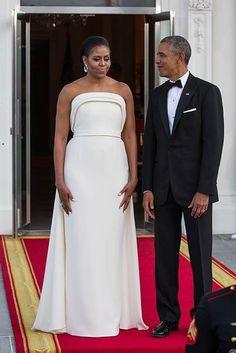 I migliori look di Michelle Obama la ex First Lady che piaceva a tutti. La ormai ex First Lady Michelle Obama ha colpito subito tutti, non solo per il suo carattere deciso e per le sue innovazioni ma anche per il suo look, sempre perfetto. I migliori look di Michelle Obama Michelle in questi anni