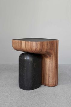 Sgabello/tavolino in legno e marmo; forme semplici e arrotondate. Stool/side table in wood and marble; simple and rounded shapes. Stools4tools, Guillaume Delvigne http://www.guillaumedelvigne.com at the Tools Galerie in Paris #vemlegno #vemmarmo