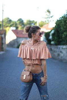 A tan also looks gorgeous with white, black Off Shoulder Dresses, Shoulder Tops, Summer Outfits, Cute Outfits, Boutique Fashion, Altered Couture, Spring Summer Fashion, Casual Looks, Ideias Fashion