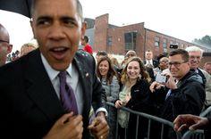 Beim Außentermin schützt dann der Präsidentenschirm: Barack Obama wird am Flughafen Nashville von einem Regenguss erwischt.