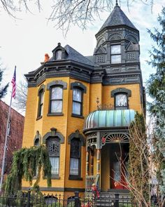 48 Fascinating Old Houses Design Ideas For You Always keep in mind that your interior design impacts the exterior one, also. Stucco is a material that may be given many distinct textures to attain all sorts of unique looks. A best exterior colo… Victorian Architecture, Beautiful Architecture, Beautiful Buildings, Beautiful Homes, Architecture Design, Old House Design, Design Your Own Home, Wood Facade, Casas The Sims 4