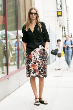 Le-Fashion-Blog-Easy-Street-Style-Nyfw-Model-Off-Duty-Look-Sunglasses-Black-Slouchy-Top-Floral-Skirt-With-Ruffle-Details-Flat-Sandals-Via-Popsugar.jpg 518×777 píxeles