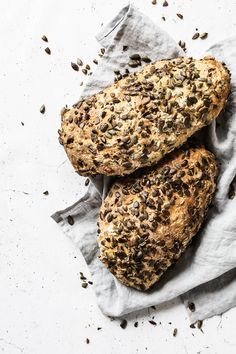 Bag et lækkert groft brød med græskarkerner. Koldhævet og langstidshævet græskarkernebrød, som har masser af smag, er saftigt og har lækker struktur Special Bread Recipe, Bread And Pastries, Fresh Bread, Bread Baking, Scones, Bread Recipes, Food Inspiration, Hummus, Pesto