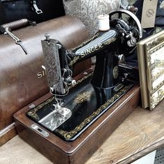 Fully working vintage Singer sewing machine with original attachments. #thriftshop