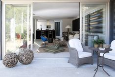"""La casa El Tiemblo representa los valores esenciales de la marca Infiniski: diseño, bajo coste, rapidez, sostenibilidad, vanguardista, funcional y flexible. Ficha Descriptiva: Casa de 190m2 en forma de """"L"""" dividida en dos plantas, salón-comedor,..."""