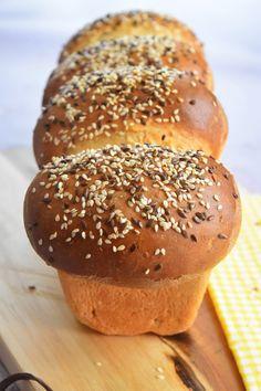 Un pain de mie aux graines, facile à réaliser et parfait pour des croque-monsieur savoureux ou au petit-déjeuner. Galette, Naan, Bagel, Hamburger, Biscuits, Food And Drink, Bread, Parfait, Croissants