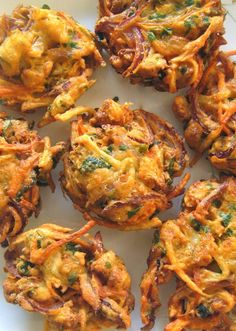 Scrumpdillyicious: Onion Bhaji with Cucumber Mint Raita - indian snacks Indian Food Recipes, Asian Recipes, Veggie Indian Food, Pakistani Food Recipes, Indian Vegetarian Recipes, Healthy Indian Snacks, Deep Fried Recipes, Veggie Food, Chicken Tikka Masala Rezept