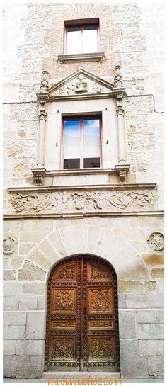 Fachada sur de la casa-palacio de Cismeros. Bello ejemplo de plateresco renacentista. South facade of the house-palace of Cismeros. Beautiful example of Plateresque Renaissance