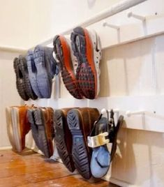 Easy DIY Shoe Rack Ideas You Can Build on a Budget - Check out how to build a very easy DIY shoe peg rack Diy Shoe Storage, Diy Shoe Rack, Storage Ideas, Storage Hacks, Shoe Organizer, Closet Organization, Organization Ideas, Things You Can Recycle, Clever Diy