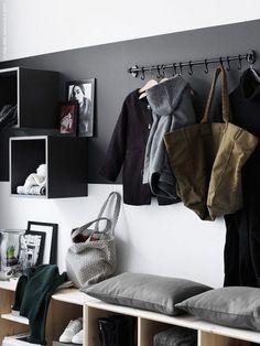 aménagement entrée moderne avec des modules muraux gris, un banc en bois clair et une peinture bicolore