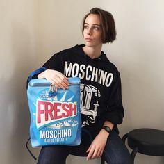 No Instagram da Colette, a modelo posa com peças da recém-desfilada coleção de verão 2016 da Moschino – que já está à venda na multimarcas parisiense (Foto: Reprodução)