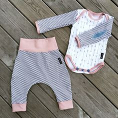 Baby Clothing Love this free pattern! This baby onepiece is so fun to sew. You find the link below. Spara Baby Clothing Source : Love this free pattern! This baby onepiece is Easy Baby Sewing Patterns, Baby Sewing Projects, Baby Clothes Patterns, Sewing For Kids, Free Sewing, Free Baby Patterns, Pattern Sewing, Sewing Ideas, Baby Outfits