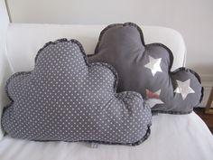 Lot de deux coussins gris souris à étoiles blanches et étoiles argentées. $59.00, via Etsy.