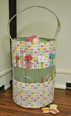 Sew Sweet: The Ultimate Knitters Tote - No pattern, but pinning for future reference anyway. Maybe just a sewing tote! Sewing Hacks, Sewing Tutorials, Sewing Patterns, Bag Tutorials, Purse Patterns, Baby Knitting Patterns, Sewing Ideas, Knitting Projects, Sewing Projects