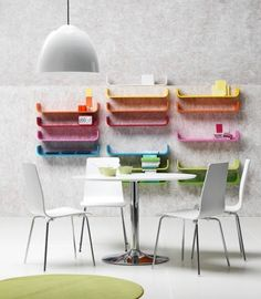 estantes multicolores