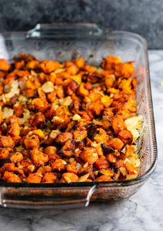 Sweet potato hash paleo recipe - with caramelized garlic and onion. So much flavor - this is perfect for breakfast! Veg Recipes, Brunch Recipes, Cooking Recipes, Healthy Recipes, Brunch Ideas, Healthy Meals, Healthy Life, Sweet Potato Breakfast Hash, Paleo Breakfast