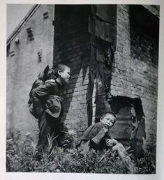 三宅坂、参謀本部前 浮浪児 林忠彦写真集「カストリ時代」  1946 Tokyo