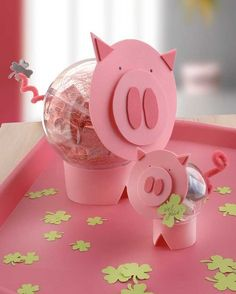"""Glücks- und Partyschwein (Idee mit Anleitung – Klick auf """"Besuchen""""!) - Diese witzigen, selbstgebastelten Schweinchen sind der Hit für Ihre Party an Silvester oder Fasching. Sie können sie als Tischdeko für Ihre Feier basteln oder aber auch als selbstgemachten Glücksbringer verschenken!"""