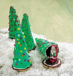 Secret Santa Trees~A creative and edible party favor for each guest, these cookie trees that reveal a hidden Santa chocolate will be the talk of the holidays. Merry Christmas, Christmas Snacks, Christmas Goodies, Christmas Baking, Holiday Treats, Christmas And New Year, Holiday Fun, Christmas Holidays, Christmas Gifts