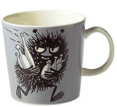 This grey Moomin mug by Arabia from 2001 features Stinky running with bottles he has just swiped. It's beautifully illustrated by Arabia artist Tove Slotte and the illustration can be seen in the fourth original Moomin comic book. Moomin Shop, Moomin Mugs, Moomin Books, Les Moomins, Grey Mugs, Moomin Valley, Tove Jansson, Chocolate Caliente, Porcelain Mugs