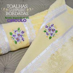 Bordado e renda guipure são garantia de sofisticação às toalhas. Confira a receita clicando na imagem.