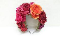 ~: ~ LIVRAISON SUR TOUTES LES COMMANDES AUX ÉTATS-UNIS EST USPS PRIORITY 2 JOURS! ~:~  Cette couronne est prête à être expédié!   Toutes mes couleurs préférées dans le monde sont inclus ici! Roses, fuchsias, oranges et rouges saturées, riches belles tous se combinent avec quelques feuilles verts vives pour faire ce bijou d'une couronne de fleurs.  Toutes les fleurs sont fermement attachés à un mince et très serre-tête en métal noir confortable. La face inférieure de chaque fleur est…