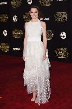 De la premiere mundial de Star Wars: Daisy Ridley. Con un vestido blanco de encaje y tul con lunares de Chloé. Los zapatos son de Louboutin