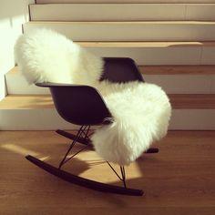 RAR, Eames Schaukelstuhl Charles & Ray Eames, Mid Century Modern Design, Modern Graphic Design, Rocking Chair, Interior Inspiration, Mid-century Modern, Objects, Room Decor, House