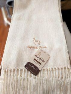 Chalina Peinada color 100, Medidas 180x22 cms. 30 % Alpaca Michell, bordado Alpaca Perú.