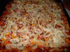 Recept z internetu pre milovníkov domácej pizze z tenkého cesta, ktorý mám odskúšaný nie 1x. Pizza je rýchla a chutná. Výhodou je, že nemusíme čakať, kým cesto vykysne, môžeme s ním hneď pracovať. Avšak ak ho necháme podkysnúť, nič tým nepokazíme. Množstvo je určené na 2 plechy štandardnej veľkosti.Porcie uvádzam od oka, nakoľko každý má iný apetít. Hawaiian Pizza, Quiche, Finger Foods, Hamburger, Deserts, Toast, Food And Drink, Cooking Recipes, Yummy Food