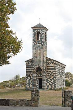 Corse - église de San Michele de Murato qui date du XIII ème siècle, de style roman pisan bien présent en Corse. Elle alterne la serpentine verte et le calcaire pâle.
