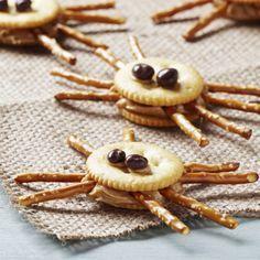 Kleine Spinnen mir Erdnussbutter und Crackern! Gruselige Snacks für eure Halloween-Party