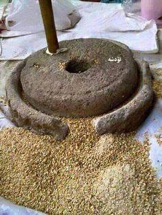 Traditional Mortar And Pestle Punjab Culture, Objets Antiques, Village Photography, Punjabi Food, Indian Village, Indian Kitchen, India Food, Mortar And Pestle, Küchen Design