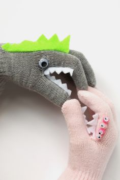 DIY: Monster Puppet Gloves Monster puppet gloves, are a fun, wearable craft, sure to keep the kids entertained and their hands toasty! Also a great way to upcycle plain winter gloves! Glove Puppets, Hand Puppets, Finger Puppets, Monster Gloves, Diy For Kids, Gifts For Kids, Monster Crafts, Manualidades Halloween, Puppet Crafts